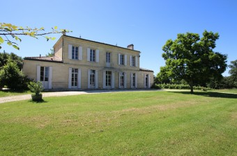 Beautiful et authentic Maison de Maître just 10 minutes from Bordeaux center, located in a unique setting surrounded by vineyards and countryside.