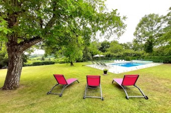 This 4-bedroom property is absolutely charming and perfect for relaxing vacations in France. Heated swimming-pool!!!