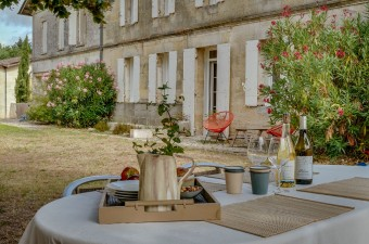 Beautiful stone-house nestled in a charming village surrounded by vines, just minutes from Saint-Emilion. Comfort and charm are the key words.