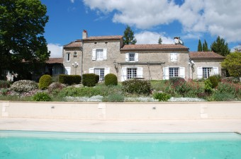 Magnificent house with swimming pool on 7.5 hectares with a panoramic view to the Pyrenees.