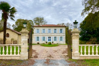This magnificent 19th century maison de maître on the banks of the Dordogne, surrounded by its park of more than 10ha, is located about twenty minutes from the famous village of Saint Emilion.