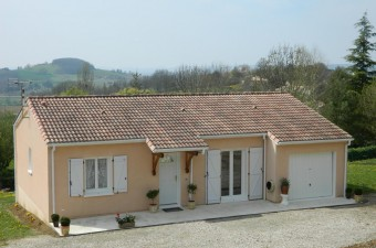 A well presented two bedroom one story house, built in 2005 with attached garage on a plot of approximately 1350m².