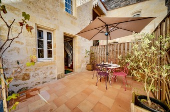 Logis LOISEAU is a lovely one bedroom apartment with a terrace in the very center of Saint Emilion. This place is perfect for the discovery of the area and its famous vineyard.