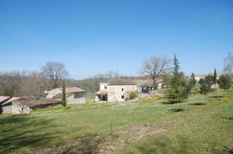 Between Villeneuve sur lot and Agen, beautiful stone property comprising a large main house and 3 gîtes