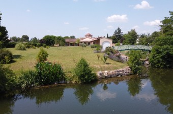 On the borders of the river Lot, magnificent house with heated indoor pool, 2 garages and a huge adjacent boathouse